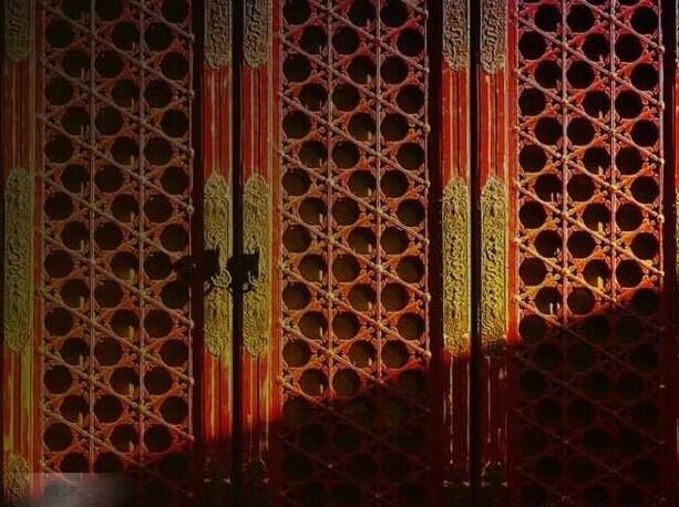 2、双交四椀样式棂花 二棂相交者称双交四椀菱花;紫禁城内诸多主要宫殿的隔扇门窗,其格心部分皆是由菱花组成。由两根或三根木棂条相交并在相交处附加花瓣而成为放射状的菱花图案。三棂相交者称三交六椀菱花。 3、万字纹样式棂花 万字纹样式棂花是卐字棂花图案是一旋转的形态,中国与印度的古老符号之一。它像天空中气流循环时所产生的螺旋状,也像流水中常出现的一种水旋状。古人认为这种螺旋运动是生命的动力。因卐纹无头无尾,与中华传统文化中的太极螺旋图形无始无终相同,且道教太极图就是一种螺旋状态,是一种无始无终的形状