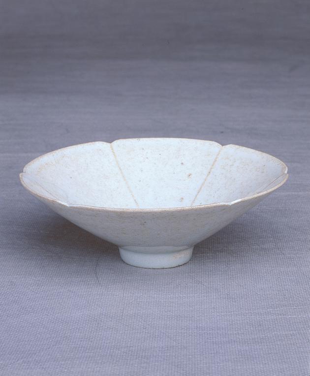 宋景德镇窑青白釉花瓣口瓷碗